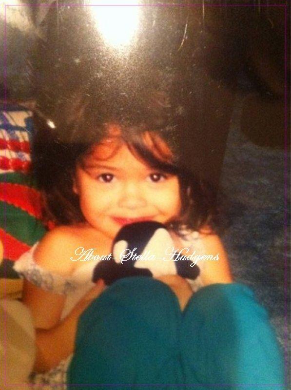 . Stella à postée deux photos d'elle sur twitter datant de son enfance. ♥ Elle est troooooooop bibou. ♥