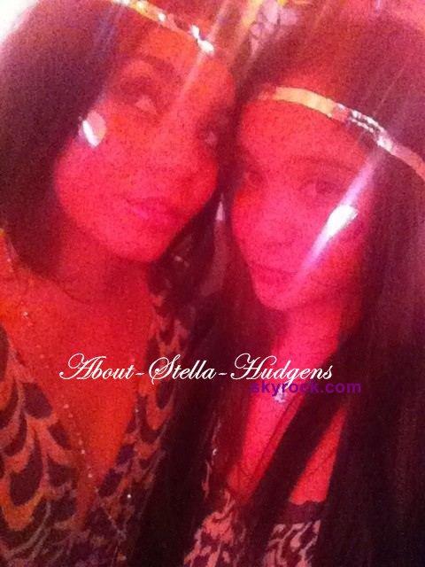 . Stella & Vanessa allant & pendant la première d'Iris hier..