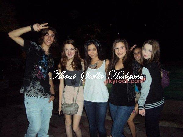 . Stella, Sammi, Telena, Allisyn (Ashley Arm, elle joue le rôle de Zora dans Sonny chez Disney) & d'autres amis au City Walk le 9 janvier 2011.
