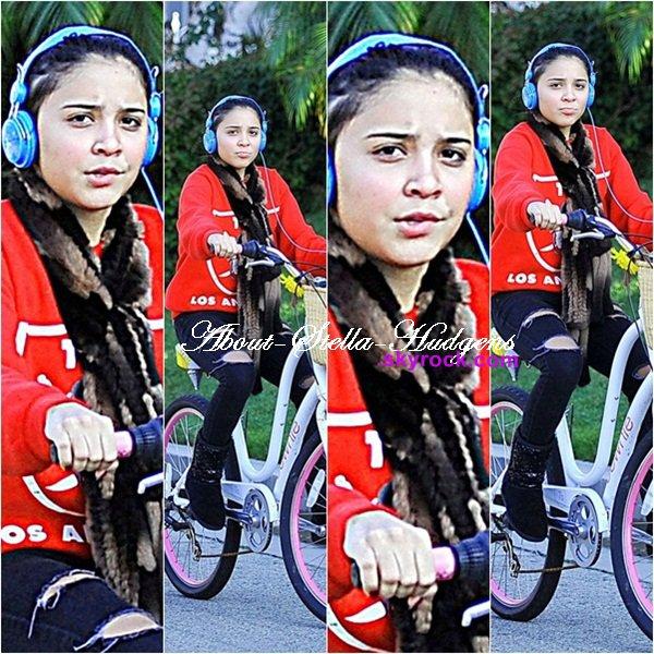 . Stella faisant du vélo toute seule, comme une grande, dans Studio City le jour de Thanksgiving. (24 novembre)