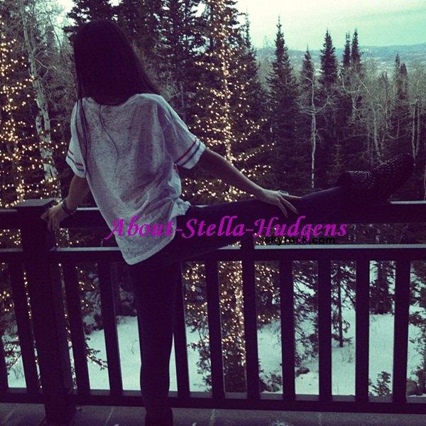 . Le petit groupe d'amis, Stella-Jordyn-Willow-Mateo-Moise-Jaden, on étaient en vacances ensemble. Surement dans un chalet.