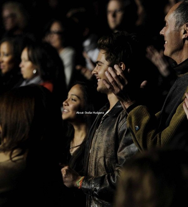 ". 6 août 2010: Stella et Zac Efron au ""Hollywood Bowl"" regardant ""Rent"" ♥"