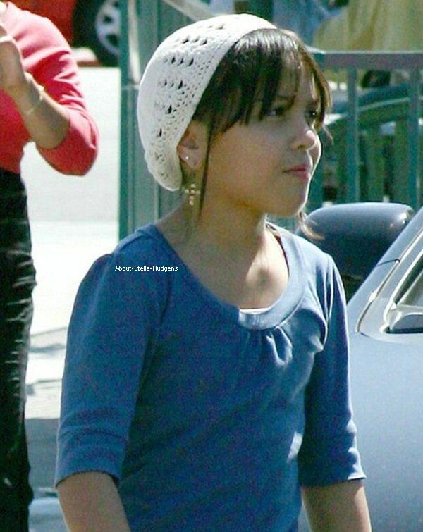 . 1er octobre 2007: Stella, sa maman et sa soeur sortant du restaurant Paty's à Toluca Lake. Mon dieu Gina derrière. J'adoreeee !