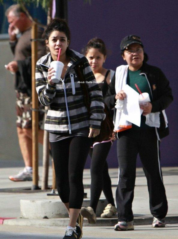 . 3 janvier 2009: Stella accompagnée de sa soeur et sa mère quittant la gym.
