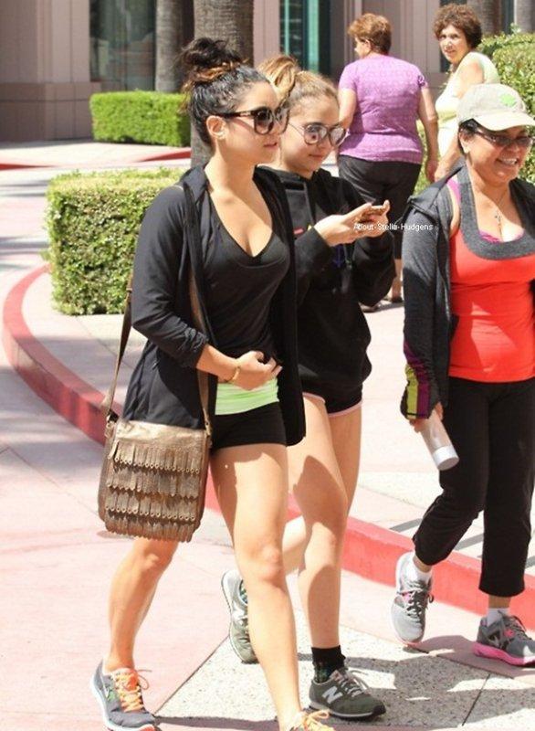 . Stella, sa mère et sa soeur allant faire de la gym dans Studio City hier matin.