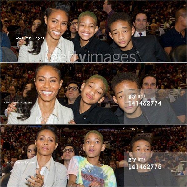 . Stella et Moises derrière la famille Smith à Philadelphie le 16 mars dernier à un match de basket opposant The Philadelphie et The Miami Heat.