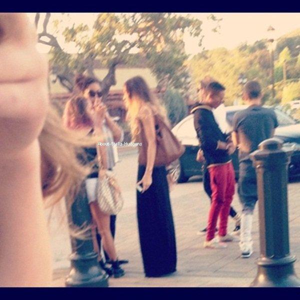 . Stella, son bras droit prénommé Pia Mia Perez, sa soeur et Austin en plein après-midi shopping dans Studio City le 8 juin.