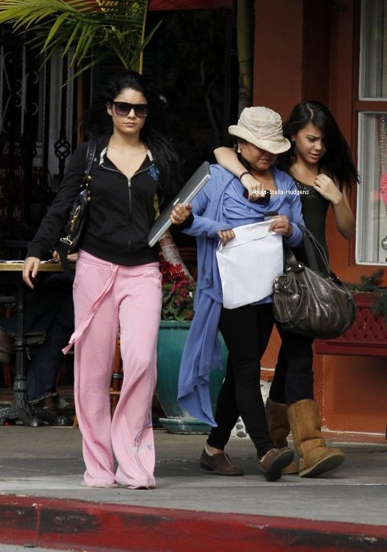 . 2 mars 2010: Stella, sa maman et sa soeur à l'Aroma Café.