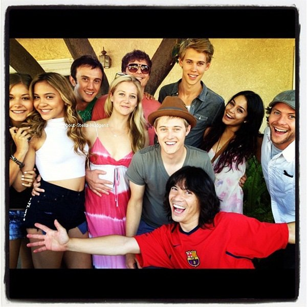 """. Stella, Vanessa, Austin accompagnés de Chucky Klapow, Lucas/Autumm Grabeel et de nombreux amis à une """"pool party"""" le 1er juillet. ♥"""