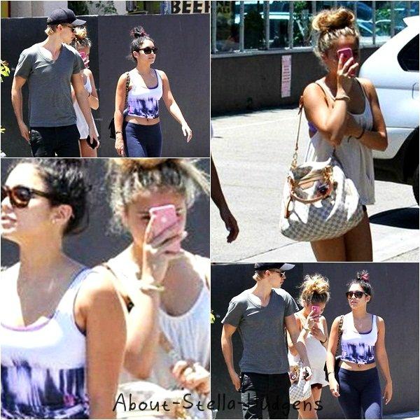 Stella a été le 14 juillet avec sa soeur chérie et son beau-frère chéri au Studio Cafe à Studio City.
