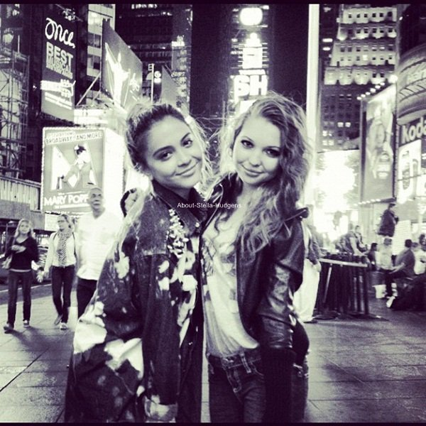 . Autres photos de Stella & Sammi à New York posté via Instagram. La seconde à était prise au Time Square. ♥
