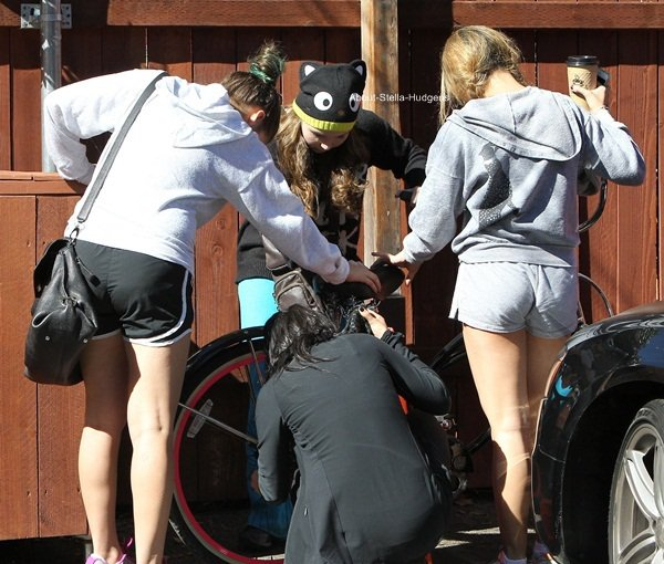 . Stella, Vanessa, Telana & Sammi après le vélo de Sammi essayant de le réparer hier avant de se diriger sans Sammi autre part dans Los Angeles...