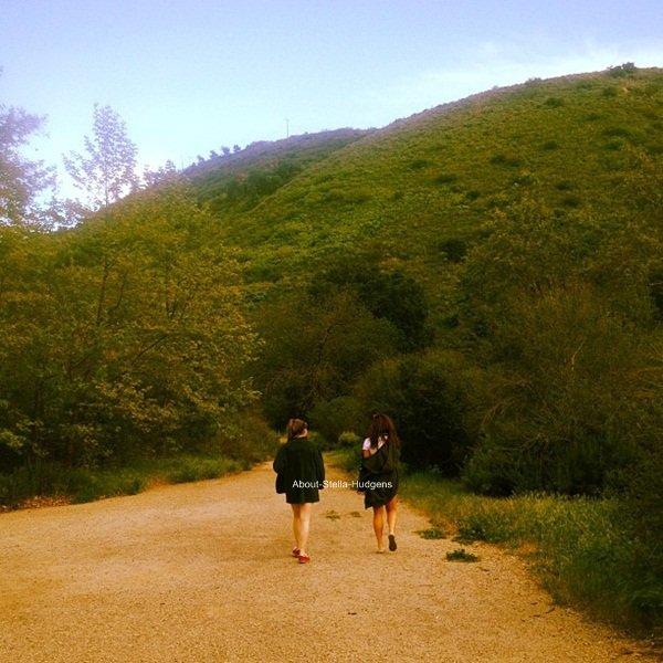 """CAR TU SAIS QUE JE RESTERAI TA MEILLEURE AMIE ... ♪ . Stella & Sammi accompagnée de Gina en pleine randonnée puis les deux meilleure amies en mode """"je me bronze la pilulle en plein mois de mars"""" il y a trois jours."""