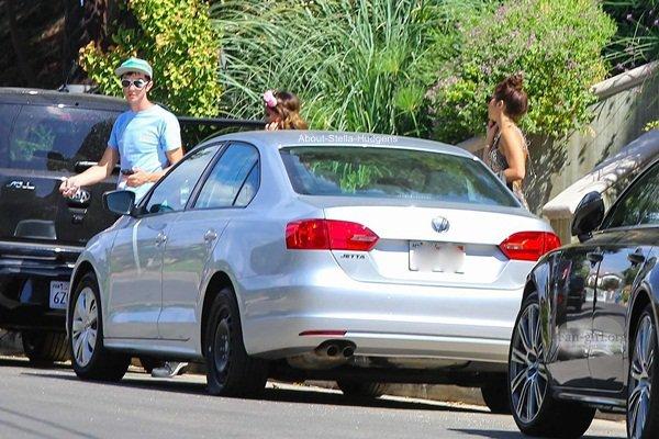 . Le 3 août, mini Hudgens est sortie de chez sa soeur avec elle-même et un ami Andrew. Seulement une photo disponible malheureusement !