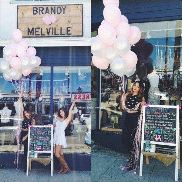 """. Stella, belle comme tout, au Brandy Melville de Studio City avec ses collègues hier après-midi à l'occasion de l'évenement """"Retour à l'école"""" organisé par le magasin."""