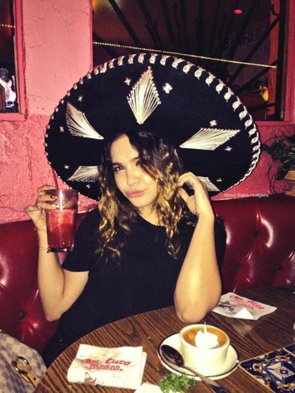 . Dans la soirée du 12 au 13, Stella était avec Alec, Omid et Sammi puis le jour de son anniversaire, elle à encore passé la journée avec Alec et Omid.