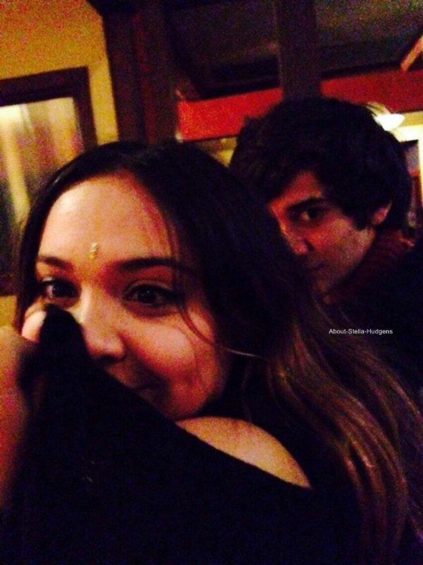 . On s'en doutait mais voilà la confirmation: Stella et Alec sont en couple. ♥