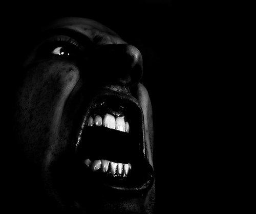 Le rire n'est jamais gratuit : l'homme donne à pleurer, mais il prête à rire.