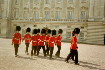LA RELEVE DE LA GARDE (Buckingham Palace - Londres)