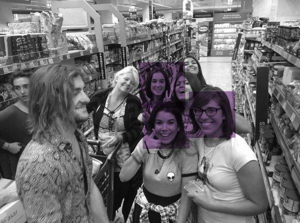 Les R5 ont rencontrés des fans pendant qu'ils faisaient leurs courses. :') ❤