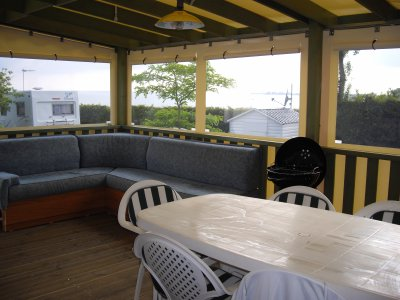 am nagement de la terrasse avec coin salon convertible 2 personnes location d 39 un mobil home. Black Bedroom Furniture Sets. Home Design Ideas