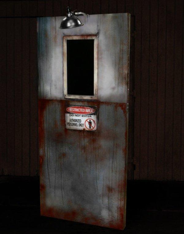 Derrière la porte.