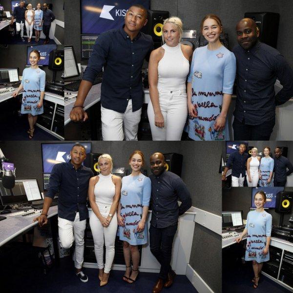 Emilia Clarke pose pour des photos lors d'une visite à Kiss FM