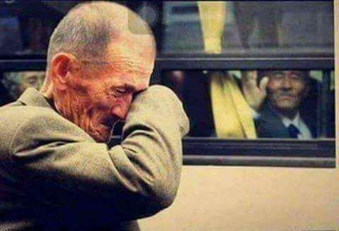 Photo prise pour un homme âgé qui pleure au bus après l'adieu à son ami après avoir pris la décision de l'emmener à un autre centre de la vieille maison ... # L'amitié est à un moment où toutes les valeurs et les normes ont changé