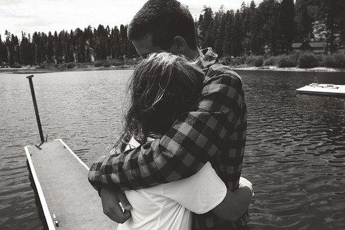 Aimer quelqu'un peut être une grande douleur. Mais c'est plus fort que moi, je ne peux pas m'éloigner de toi. Je t'aime. D'un amour aussi intense que l'explosion de l'univers. Aussi éternel que l'assèchement des océans. Même si mon âme doit être réduite en cendres. Je t'aime. Je t'aime de toute mon âme.