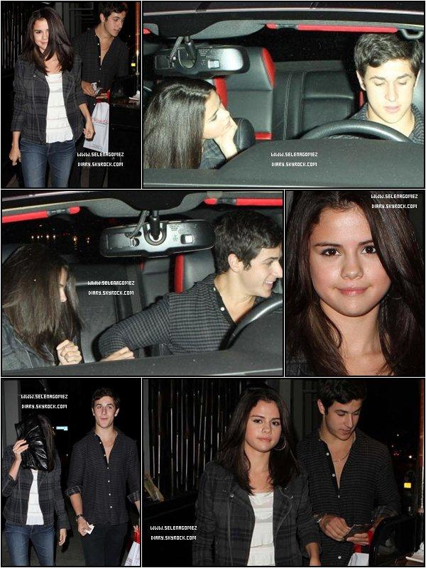 .  27 Aout 2010 : Selena était de sortie avec David Henrie au restaurant Philippe Chow , à Hollywood. .  La question qui se pose : Y aurait-il quelque chose entre ces deux la ? $)  .