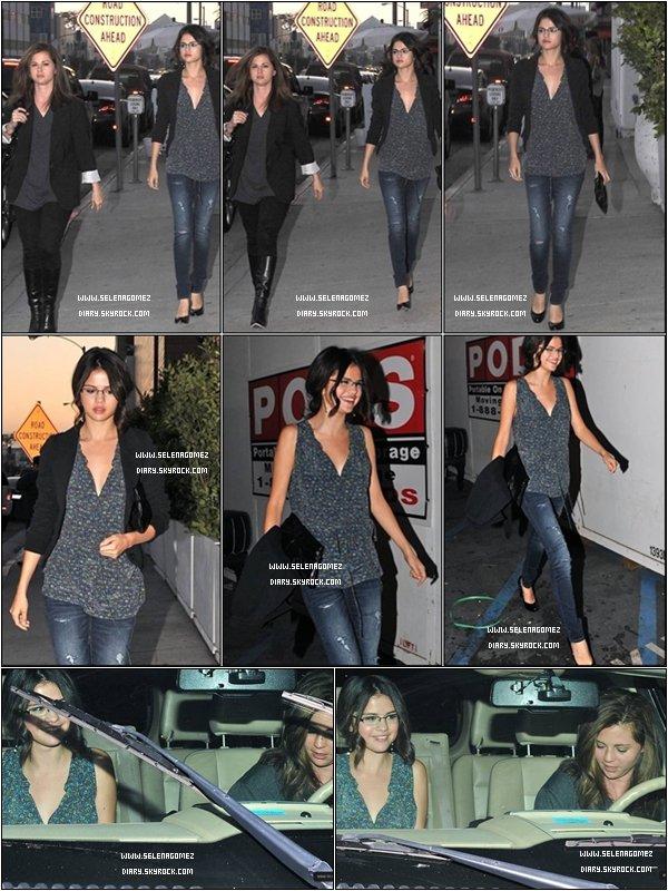 .  1 Septembre 2010 : Selena et sa mère sortant du restaurant mexicain « Red O ». .  Oui oui ! Vous ne rêvez pas Selly porte des lunettes . Elle est plutôt mignonne et ça lui donne un air de fille sérieuse  8) .