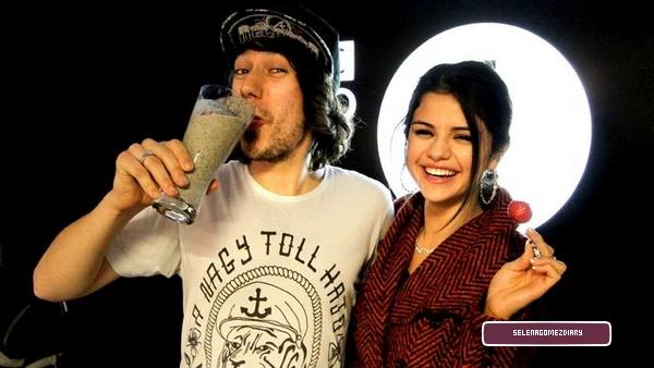 .  Selena lors d'une des interviews  .