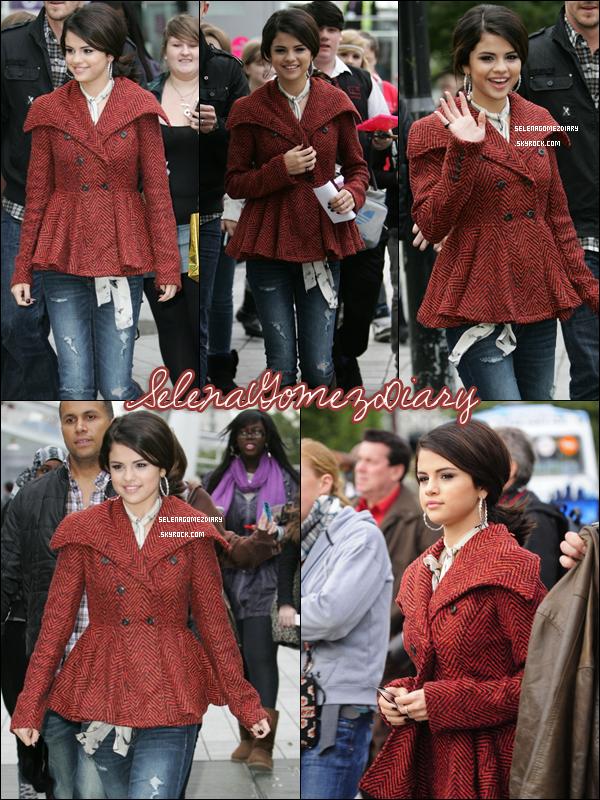 .  30 Septembre 2010 : Selena se rendant à la célèbre grande roue londonienne « London Eye » , afin de faire un tour avec les gagnants d'un concours organisé pour la rencontrer. .  Je trouve vraiment sublime et elle a l'air très contente  :D . .