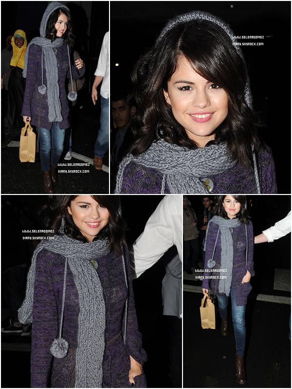 .  1 Octobre 2010 : Selena a été vu allant chercher de la nourriture au restaurant Wagamama, toujours à Londres. .  Suis-je la seule à trouver que son visage a un peu changé ?  %)  .