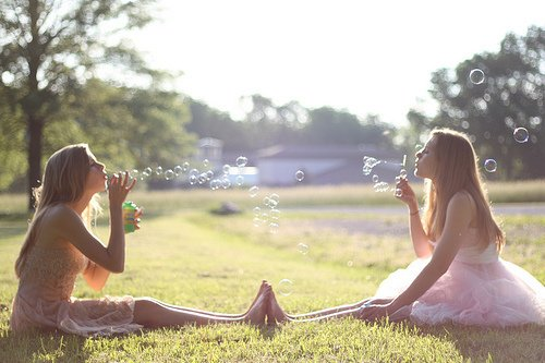 L'idéal de l'amitié c'est de se sentir un et de rester deux.
