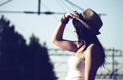 Tu ne pourras jamais demander aux gens d'arrêter de te critiquer, mais tu peux arrêter de les écouter.