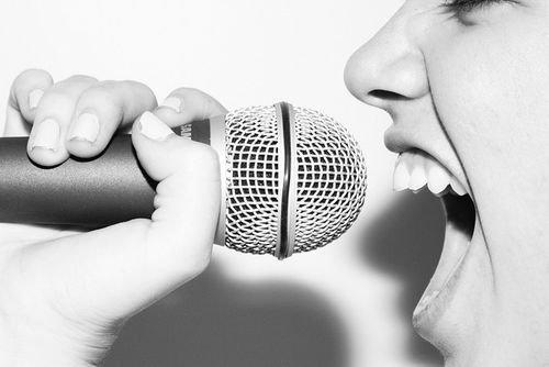 Il est doux de chanter, mais soyez-en certain : les lèvres chantent seulement quand elles ne peuvent embrasser.
