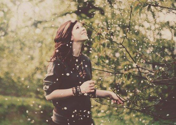 Le bonheur ne laisse pas de traces. C'est une étoile filante. Il passe, c'est tout, il remplit la vie d'images éblouissantes qui défilent à toute allure et qu'on ne retient pas.