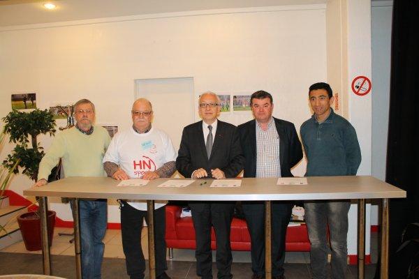 De gauche à droite : MM. Daniel FONTELLE & Lionel SAQUET vice-présidents - M. Yvon ROBERT Maire de Rouen - M. Fabrice TARDY président de l'ASSO F.C.Rouen - M. Kader CHEIKHEMANI Maire adjoint de Rouen