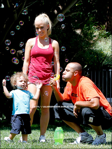 ____WILKINSONKENDRA___ Les Baskett on étaient vu dans un park .  ________________________________________________________________________Los Angeles - 24 / 06    + un scan de US weekly.  ____WILKINSONKENDRA___