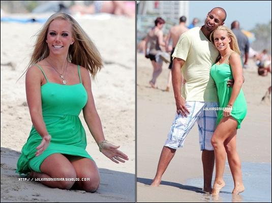"""____WILKINSONKENDRA___ Kendra & sa petite famille étaient a la plage, ils tournaient un épisode de """"KENDRA"""" et prenaient du bon temps ensemble. ________________________________________________________________________Malibu - 20 / 07    ____WILKINSONKENDRA___"""