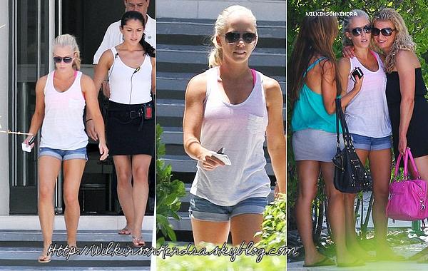 ________ . Candid -------  Le 11 mai, Kendra a était vu dans Miami ,avec deux tenues différentes, pour filmer -------------------------quelques scénes de son nouveau show.    _______