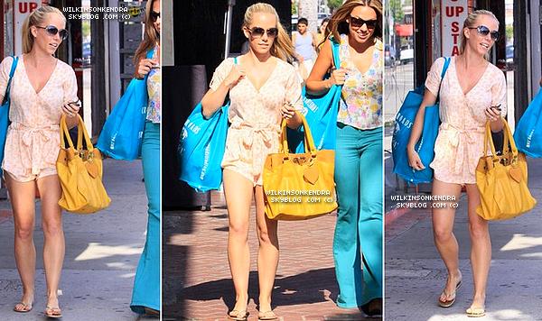 ________ . Candid -------  Journée shopping : Kendra et son amie Jessica ,dans Melrose Place le 24 mai.     _______