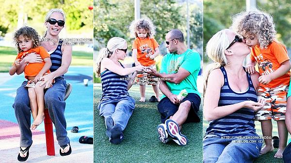 ________ . Candid -------  Le 27 mai, Kendra avec sa petite famille dans un parc de Malibu, en Californie.  _______