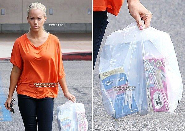 ____ . Candid -  Kendra a était vu seule, ce dimanche, a la sortie d'une pharmacie avec deux test de grossesses....   _______