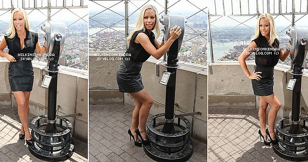 ____ . Candid -  Kendra pose devant les journalistes a l'Empire State Building, ce 6 juin a New York.       _______