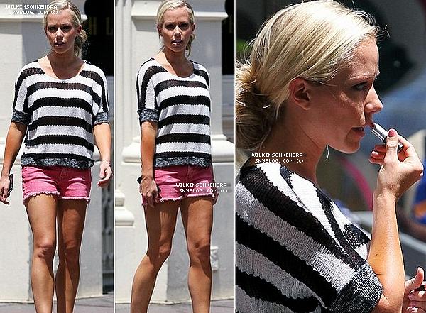 ____ . Candid -  Kendra & une amie dans Manhattan, ce 9 juin. Elles ont fait les boutiques, en tournant une _____________scéne pour le show de Kendra.  _______