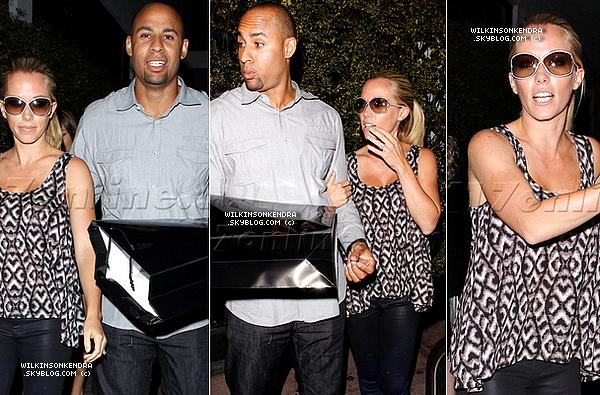 "____ . Candid -  Le 20 juin: Kendra & Hank allant dinner au restaurant ""Beso"" dans Hollywood, avec des amis.   _______"