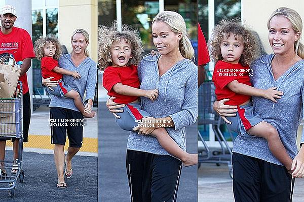 ____ . Candid -  La famille Baskett le 24 juin, a la sortie d'un supermarché a Calabasas en Californie.  _______