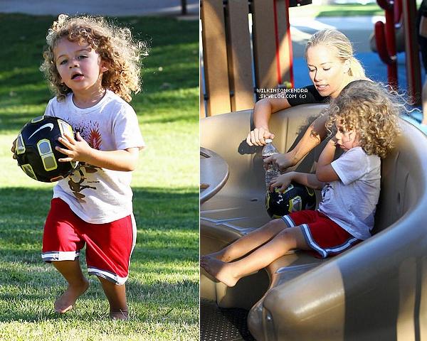 ____ . Candid ------  Le 29 juin, Kendra & sa petite famille était de sortie dans un park de Malibu.  _______